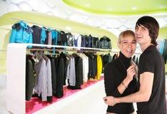 Jong paar in klerenwinkel Royalty-vrije Stock Foto's
