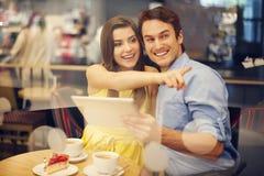 Jong paar in koffie Royalty-vrije Stock Foto's