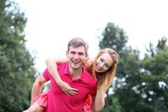 Jong paar in liefde bij het park Stock Afbeeldingen