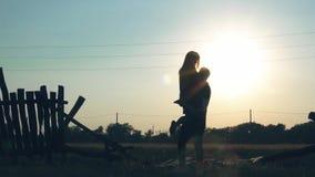Jong paar in liefde buiten de stad in aard bij zonsondergang stock footage