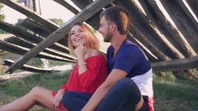 Jong paar in liefde buiten de stad in aard bij zonsondergang stock videobeelden