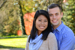 Jong paar in liefde in de herfst het plaatsen Royalty-vrije Stock Foto