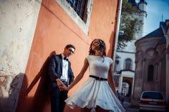Jong paar in liefde, die in het oude deel van stad koesteren Stock Foto