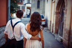 Jong paar in liefde, die in het oude deel van stad koesteren Royalty-vrije Stock Foto's