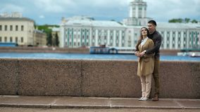 Jong paar in liefde, die op de straat koestert stock video