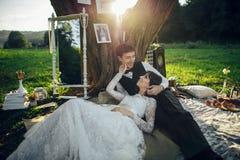 Jong paar in liefde die pret hebben en van mooie natur genieten royalty-vrije stock afbeelding