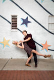 Jong paar in liefde die pret heeft stock fotografie
