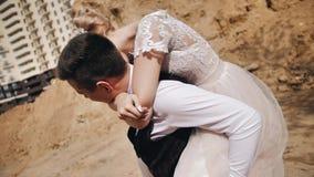 Jong paar in liefde die pret heeft Het meisje sprong op de rug van zijn vriend en het hangen op het Het meisje koestert de kerel  stock videobeelden