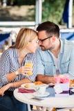 Jong paar in liefde die, teder met voorhoofden raken royalty-vrije stock afbeelding