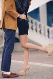 Jong paar in liefde het kussen in openlucht in de zomer Stock Foto's