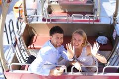 Jong paar in liefde, jongens en meisjes het stellen voor foto, die sm koesteren Royalty-vrije Stock Foto