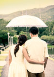Jong paar in liefde onder een paraplu na regen Stock Afbeelding