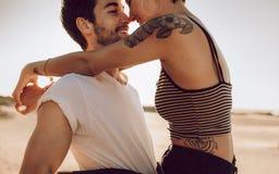 Jong paar in liefde openlucht stock fotografie