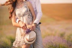 Jong paar in liefde openlucht Stock Afbeelding