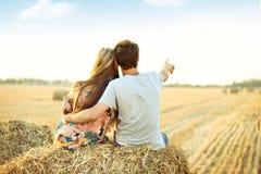 Jong paar in liefde openlucht royalty-vrije stock fotografie