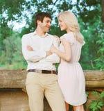 Jong paar in liefde in openlucht stock foto