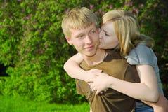 Jong paar in liefde in openlucht Royalty-vrije Stock Afbeelding