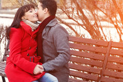 Jong paar in liefde openlucht Royalty-vrije Stock Foto's