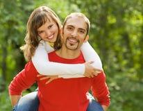 Jong paar in liefde in openlucht Stock Afbeelding