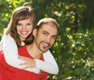 Jong paar in liefde in openlucht Stock Foto's