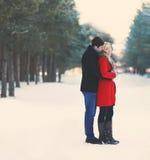 Jong paar in liefde in openlucht in de winter Stock Foto