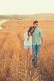 Jong paar in liefde openlucht Het Koesteren van het paar Stock Foto