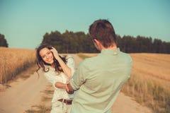Jong paar in liefde openlucht Het Koesteren van het paar Stock Foto's