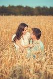 Jong paar in liefde openlucht Het Koesteren van het paar Stock Afbeeldingen