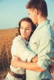 Jong paar in liefde openlucht Overweldigend sensueel openluchtportret van het jonge modieuze manierpaar stellen in de zomer op ge royalty-vrije stock afbeelding