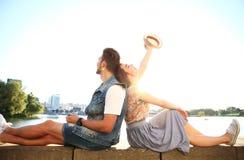 Jong paar in liefde openlucht Liefde, verhouding en mensenconcept royalty-vrije stock afbeeldingen