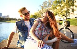 Jong paar in liefde openlucht Liefde, verhouding en mensenconcept royalty-vrije stock fotografie
