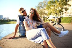 Jong paar in liefde openlucht Liefde, verhouding en mensenconcept stock fotografie