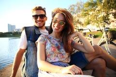 Jong paar in liefde openlucht Liefde, verhouding en mensenconcept royalty-vrije stock afbeelding