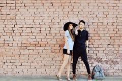 Jong paar in liefde openlucht - volledig lengteportret Stock Foto's