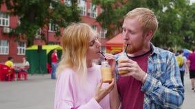 Jong paar in liefde tegen stadsachtergrond een vrouw en een man bevinden zich tegen de achtergrond van de stad en zijn stock footage