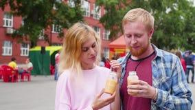 Jong paar in liefde tegen stadsachtergrond een vrouw en een man bevinden zich tegen de achtergrond van de stad en zijn stock video