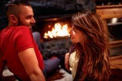 Jong paar in liefde thuis Stock Foto