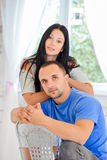 Jong paar in liefde thuis stock fotografie