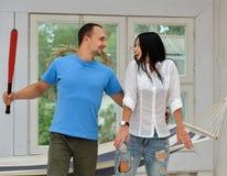 Jong paar in liefde thuis, status Stock Foto