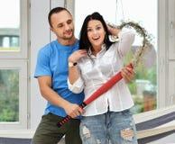 Jong paar in liefde thuis, status stock foto's
