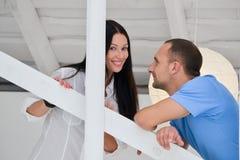 Jong paar in liefde thuis, status Stock Fotografie