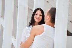 Jong paar in liefde thuis, status Royalty-vrije Stock Foto's