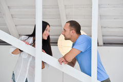 Jong paar in liefde thuis, status royalty-vrije stock afbeeldingen