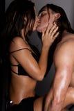 Jong paar in liefde, vertrouwelijk ogenblik Stock Foto's