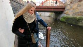 Jong paar in liefdegang door het water in Praag stock video