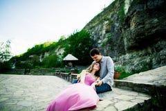 Jong paar in liefdezitting samen op een bank in de zomerpark Gelukkige toekomst, huwelijksconcepten wijnoogst Royalty-vrije Stock Fotografie