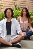 Jong paar in meditatie Royalty-vrije Stock Afbeelding