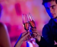 Jong paar met champagne royalty-vrije stock foto's
