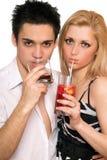 Jong paar met cocktails. Geïsoleerdi Stock Foto