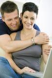 Jong paar met computer Stock Fotografie
